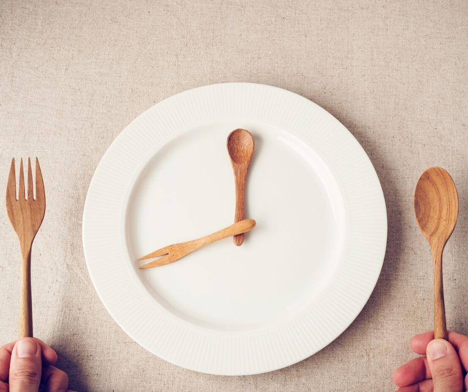 Image of an empty plate simulating fasting